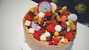Krásna čokoládová ovocná torta