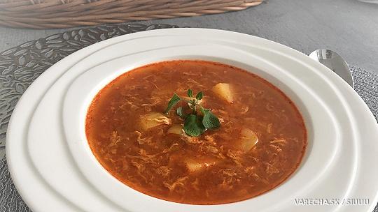 Červená kyslá zemiaková polievka