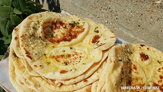Chlebové placky s bazalkovo-cesnakovým maslom