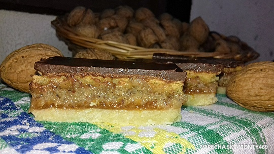 Hnetený orechový koláč s piškótou