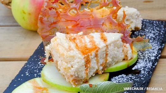 Jablkový cheesecake so škoricovým sirupom