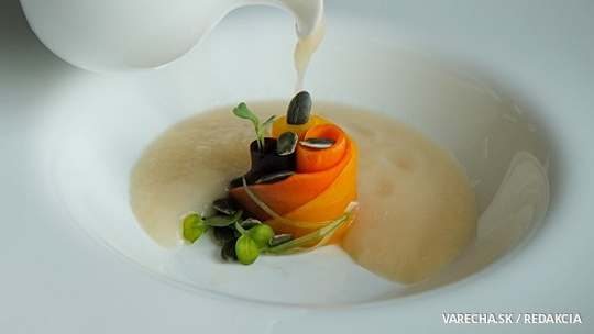 Kalerábová polievka s tekvicovými semienkami