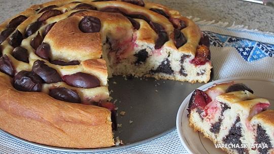 Makový točený koláč z kvásku so slivkami