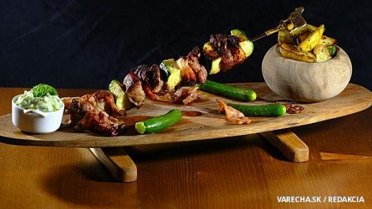 Morčacia ihla s pečenými zemiakmi a uhorkovým dipom