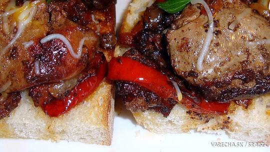 Morčacia pečeň na bielej cibuli a paprike