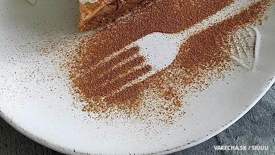 Orechovo-jablkový koláč so snehovou perinkou