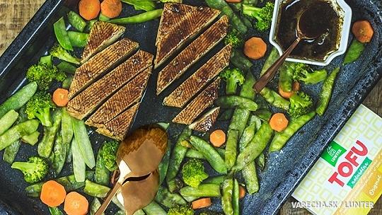 Pečené tofu so zeleninou a s domácou marinádou