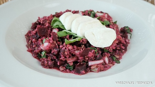 Quinoa s cviklou, rukolou a údenou mozzarellou
