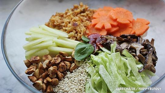 Šalát s ryžovými rezancami v sviežom náleve