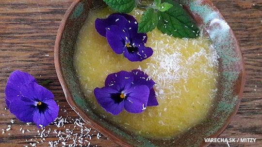 Studená raw ananásová polievka