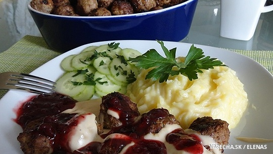 Švédske mäsové guľky köttbullar so smotanovou omáčkou a s brusnicami