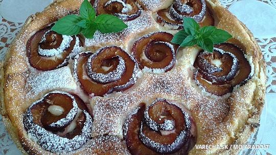 Tvarohový koláč so slivkovými ružami