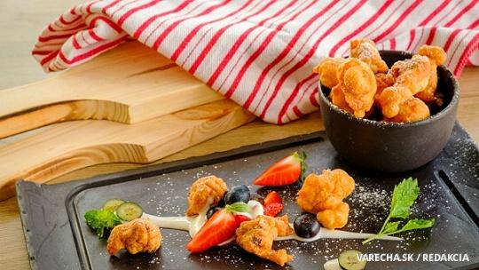 Vyprážané tvarohové halušky s ovocím a so smotanou