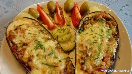 Zapečené baklažány plnené zeleninou a syrom