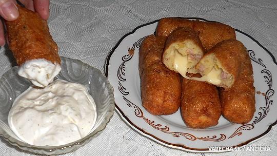 Zemiakové tyčinky so syrom a omáčkou