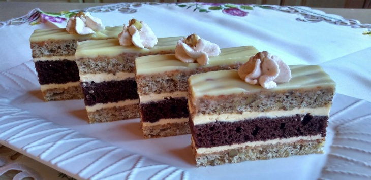 Orechovo-kakaové rezy so žĺtkovým krémom s...