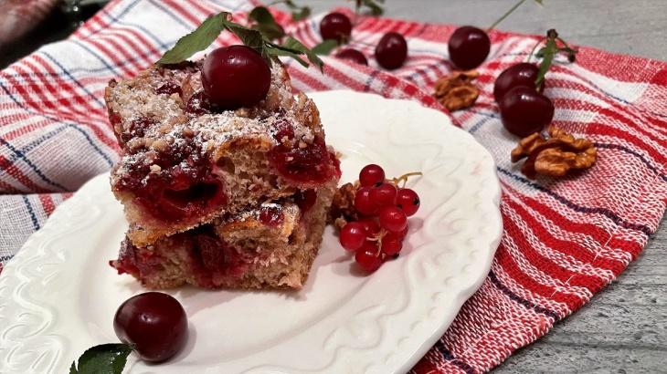 Celozrnný višňovo-ríbezľový kysnutý koláč