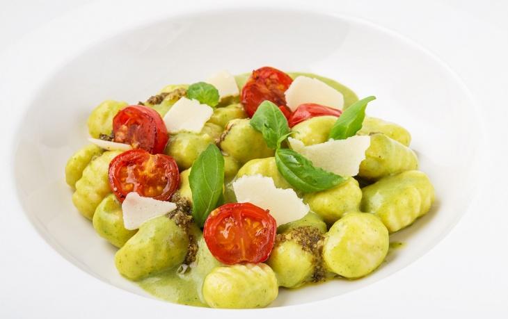 Gnocchi s pestom z medvedieho cesnaku a opečenými paradajkami