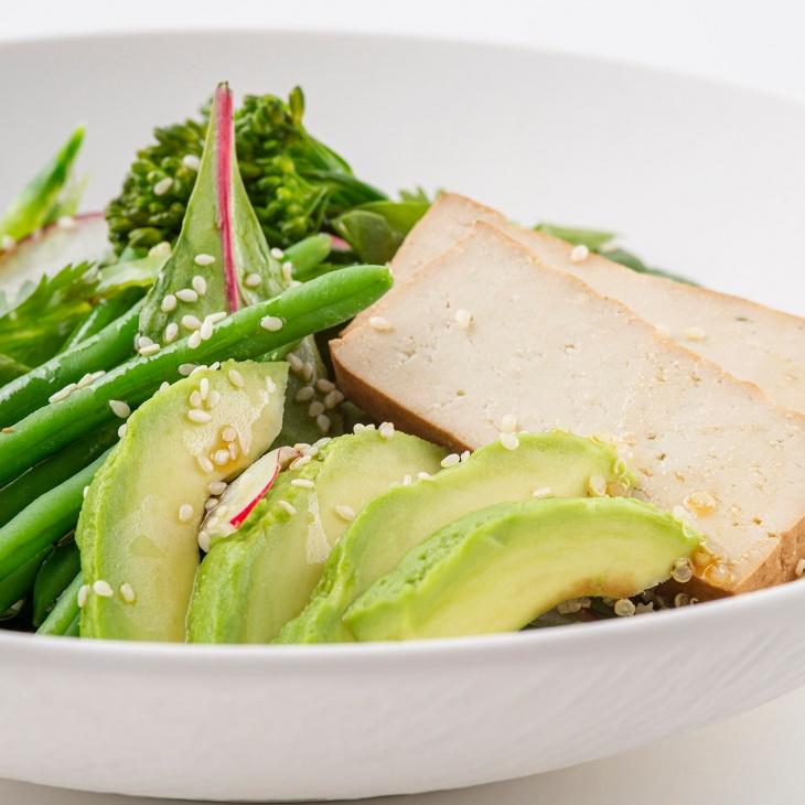 Šalát zo zelenej zeleniny s tofu a quinoou
