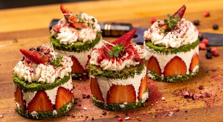Špenátové tortičky s jahodami a mascarpone krémom