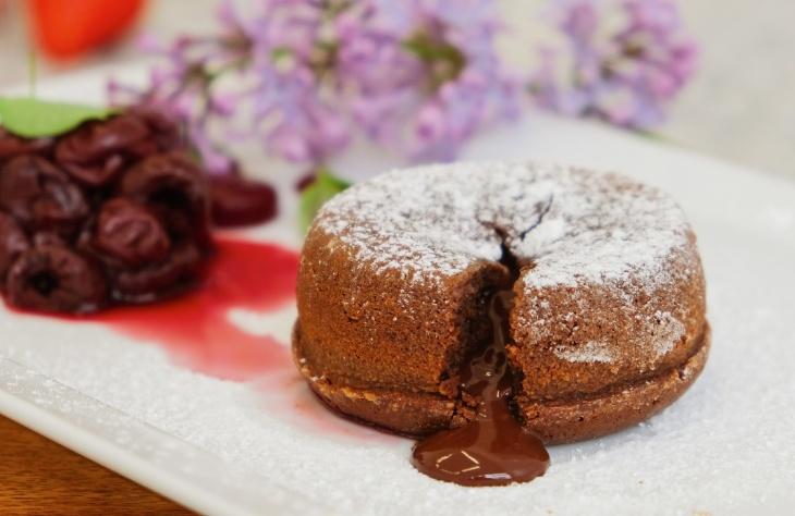 Čokoládové suflé s marinovanými višňami