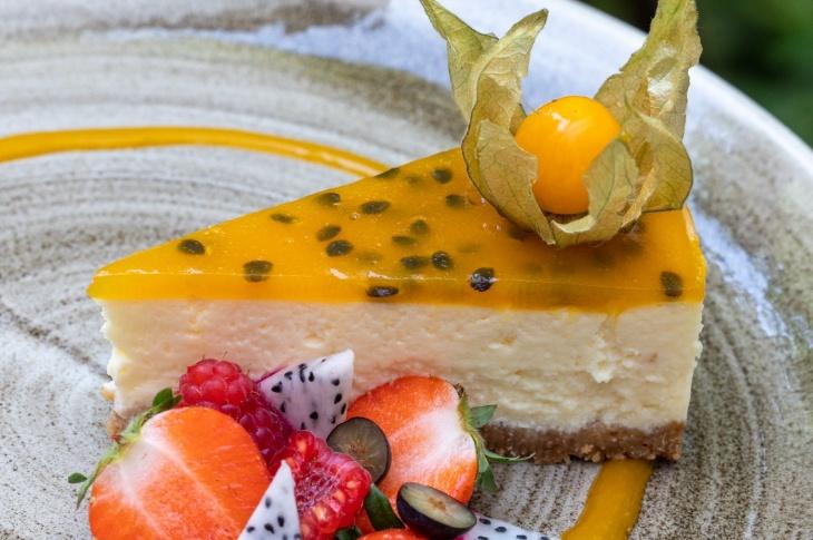 Nepečený cheesecake s marakujovou polevou