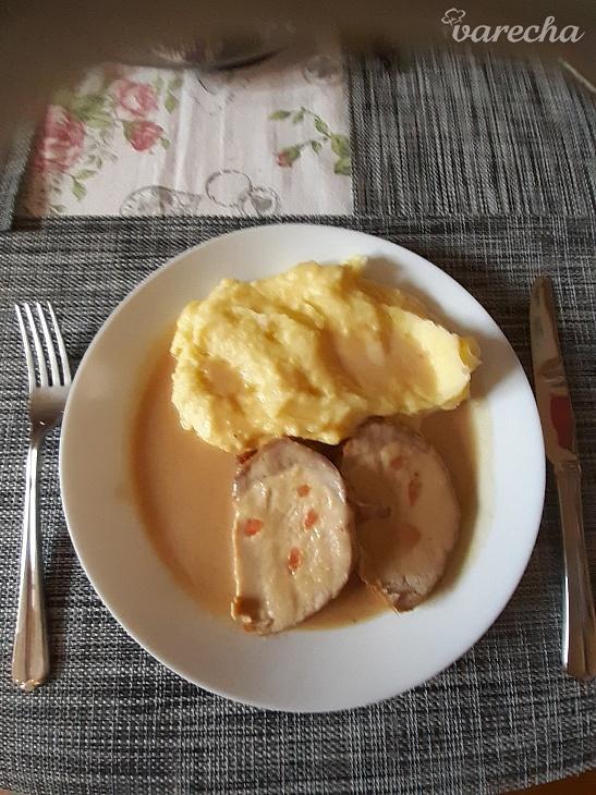 Pečené bravčové karé s cibuľovou omáčkou