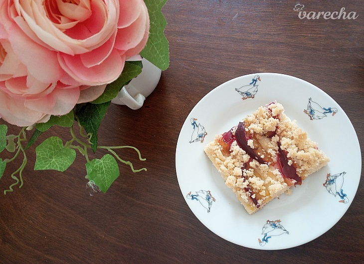 Slivkový koláč so škoricovou posýpkou