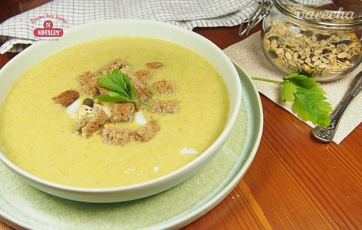 Brokolicová polievka s cesnakovými krutónmi...