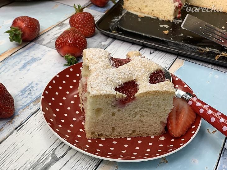 Bezlepkový hrnčekový koláč s ovocím