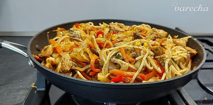 Opekaná zelenina s kuracím mäsom a rezancami