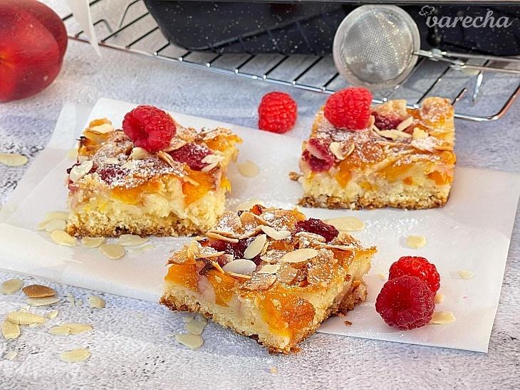 Broskyňovo-malinový koláč s mandľovými...